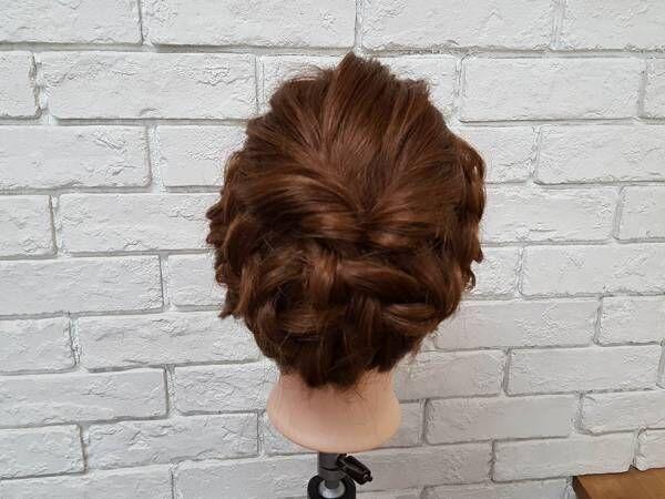 髪に散りばめた小さなアクセにときめく♪ドレスに似合う華やか編み込みヘアアレンジ