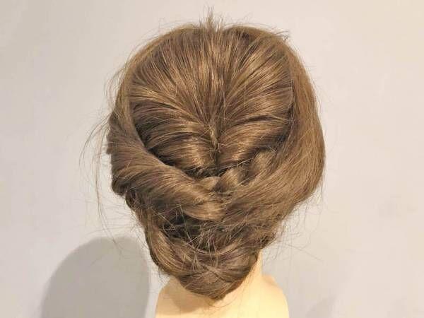 セルフでパーティーヘアに!ねじりと三つ編みでできる、上品こなれまとめ髪ヘアアレンジ
