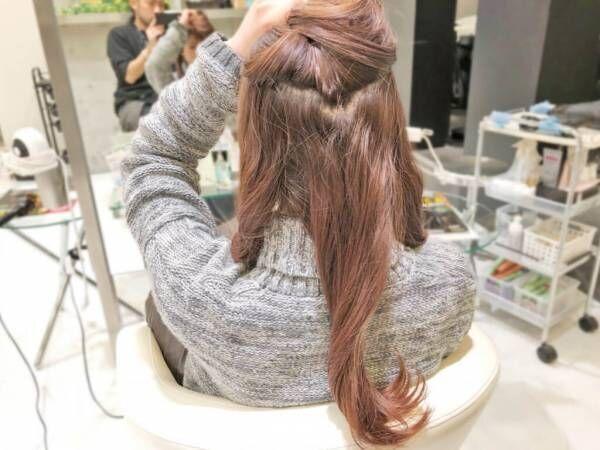 毛流れがきれいに見えるロープ編みヘアアレンジ。ローポニーテールでゆるっとカジュアル