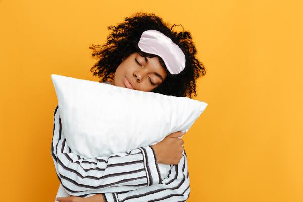 枕を抱きしめる女性