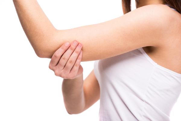 二の腕の脂肪を気にする女性