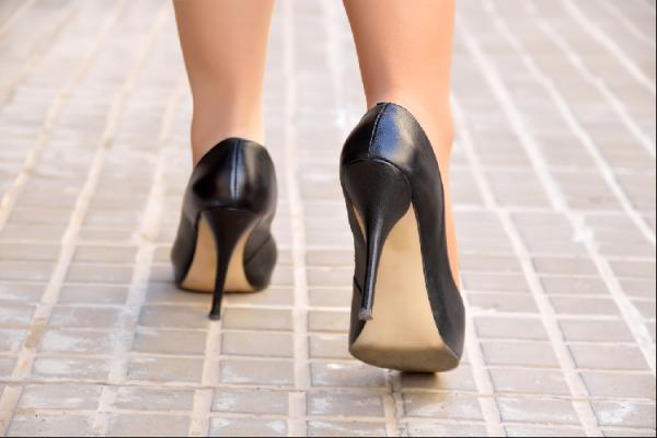 ハイヒールを履いて歩く女性