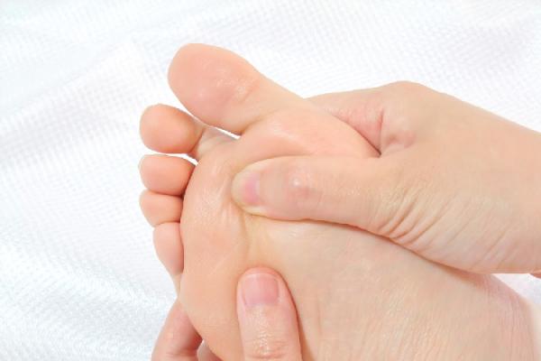 【足裏のツボ効果】痛い理由やツボの探し方・押し方を解説