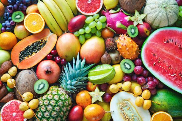 大量に並べられた果物