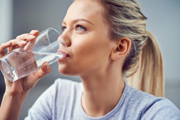 炭酸水を飲む女性
