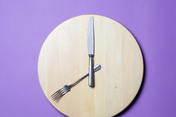 時計に象られたナイフとフォーク