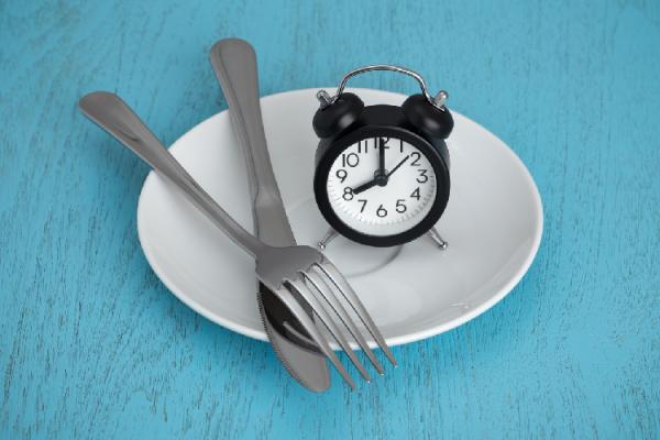 お皿とナイフとフォークと時計