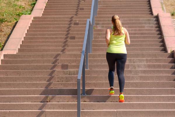 長い階段でジョギングする人