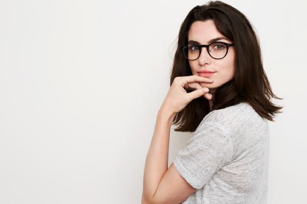 眼鏡をかけてこちらを見る女性