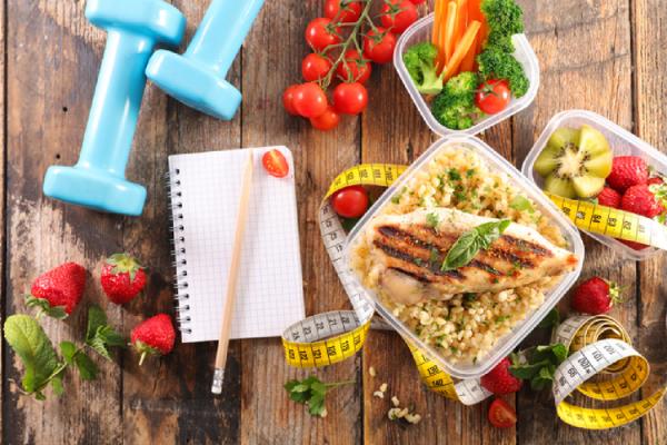 健康的な食事と運動器具