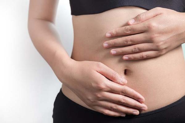 皮下脂肪を気にする女性
