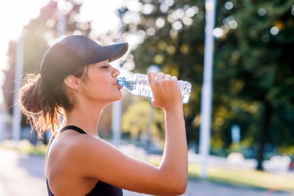 ダイエット中に水分補給する女性