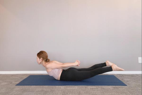 脊柱起立筋のトレーニングを行う女性