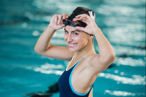 水着姿の女性とプール