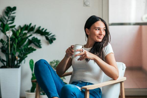 ヨーグルトコーヒーを飲む女性