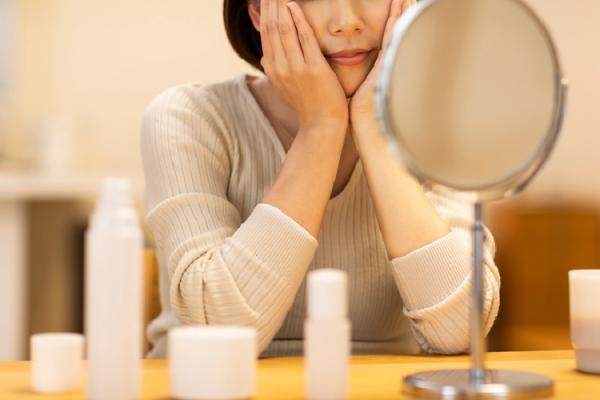 鏡をチェックする女性
