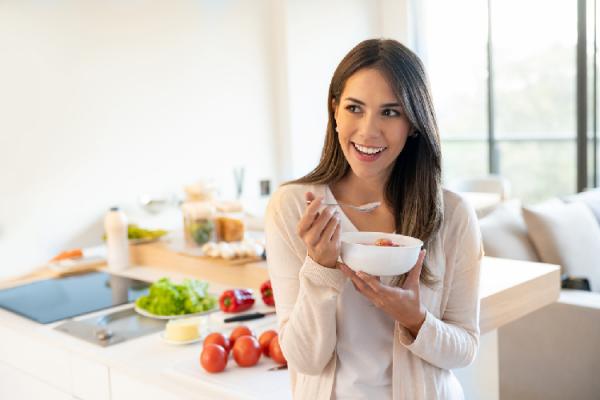 野菜スープを食べる女性