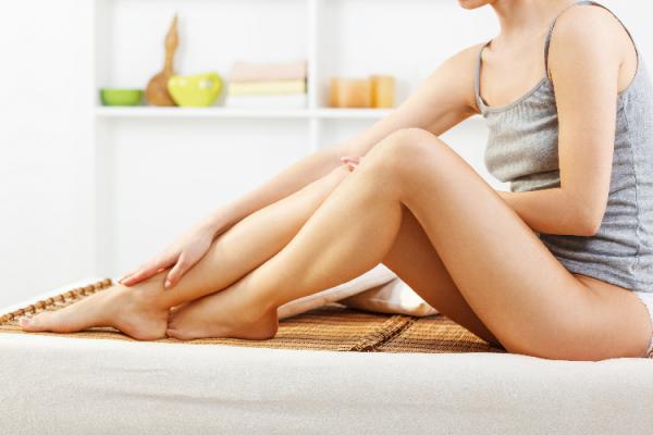 足のケアをする女性