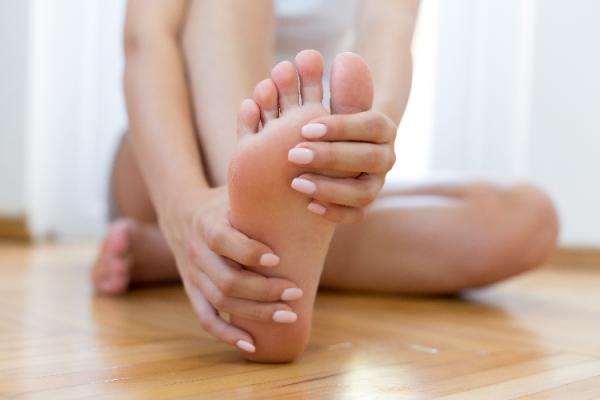 足のストレッチをしている女性