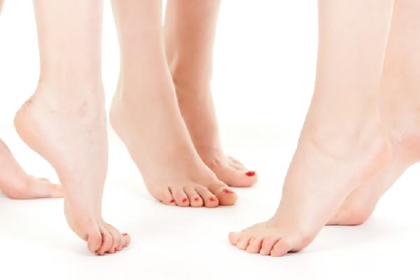 3人の女性の足首