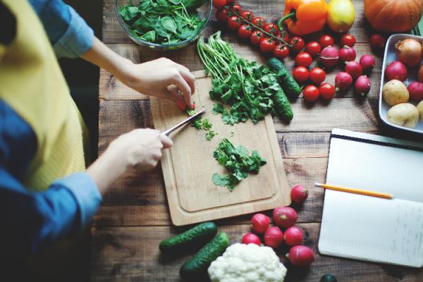 野菜を調理する女性