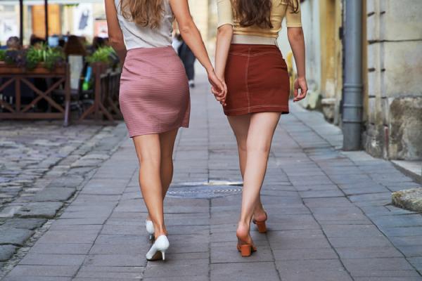 2人並んで歩く女性のお尻