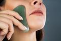 かっさを使って顔のマッサージ!むくみ改善&化粧ノリもアップ