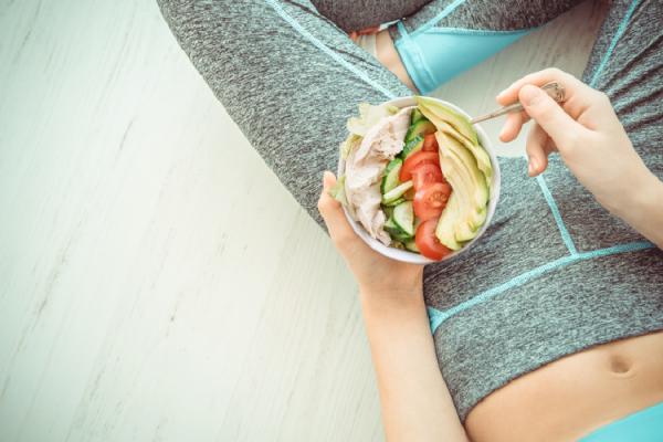 高タンパク質低カロリー食品を使ったサラダを食べる女性