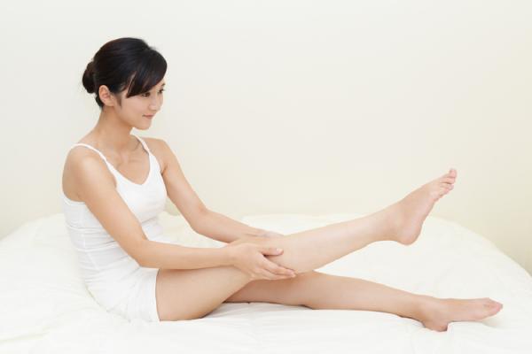 膝のマッサージをする女性