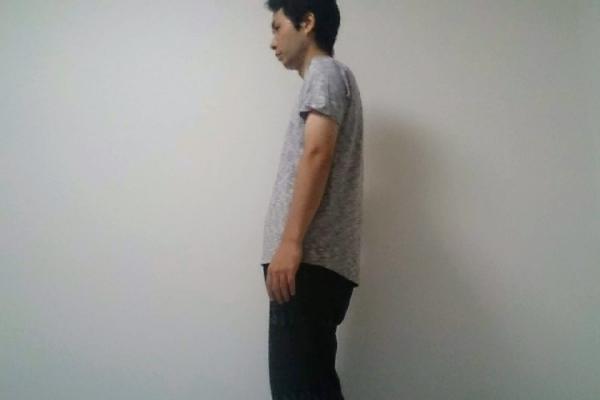 猫背の男性