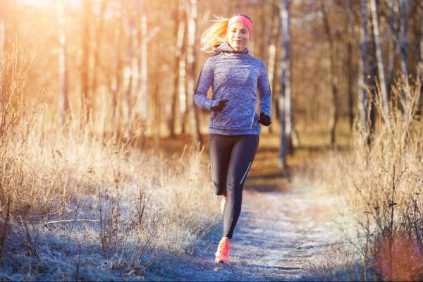 冬に運動する女性