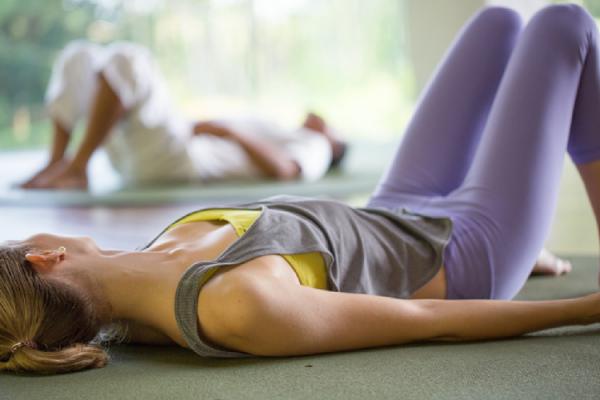 股関節のエクササイズをする女性