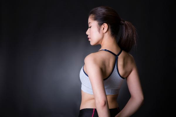 肩甲骨ほぐす女性