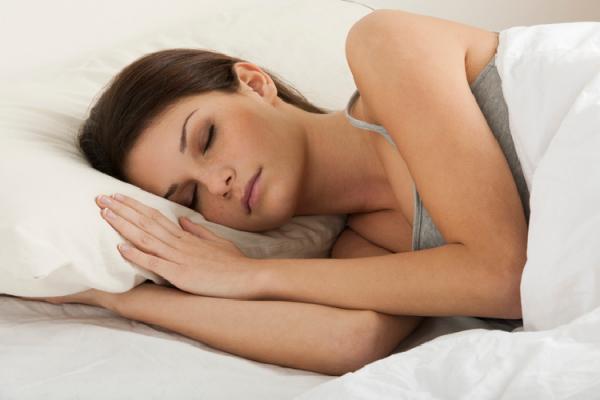 横向きで眠る女性