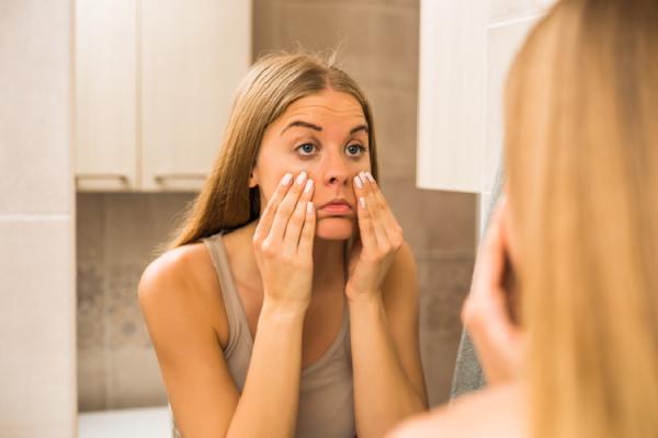 顔のたるみを気にする女性