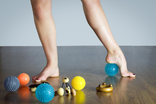 足裏の筋膜リリースを行う様子