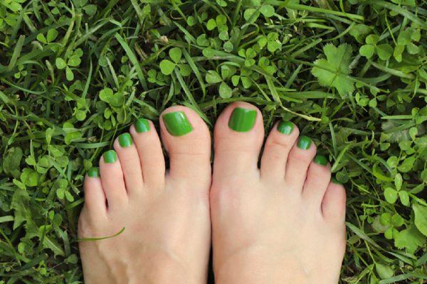 女性の足指