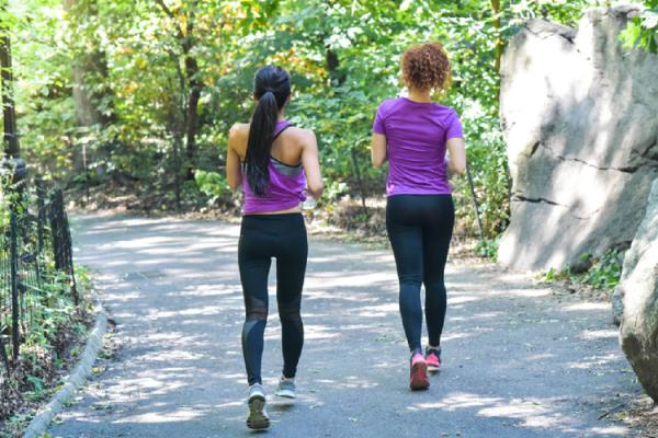 スロージョギングをする女性2人