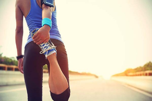 走る前のストレッチをする女性