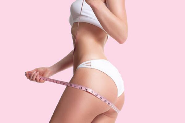 ボディサイズを測る女性