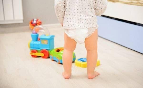 パンツタイプの紙おむつをはいている赤ちゃんのイメージ