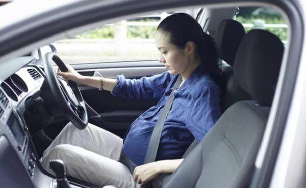 妊娠37週過ぎの妊婦さんが運転しているイメージ