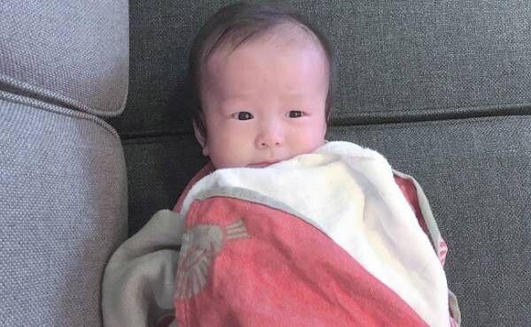 ソファに寝転がる赤ちゃん