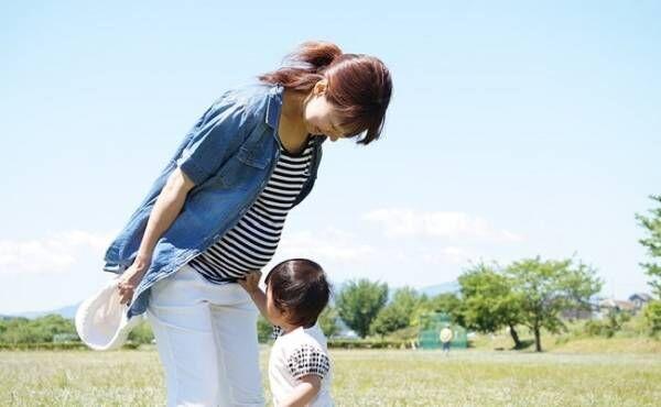 2人目を妊娠しているママと子どもが遊んでいるイメージ