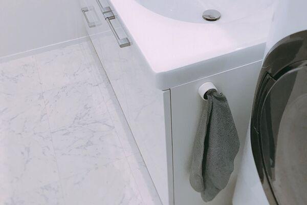 洗面台の横にかけた吸水クロス