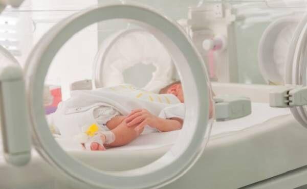 NICUに入っている早産の赤ちゃんのイメージ
