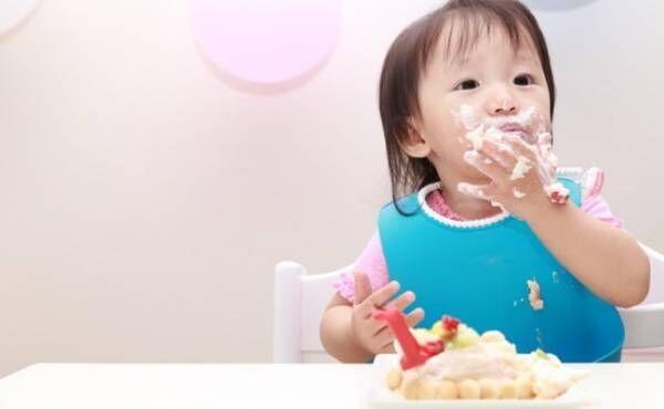 遊び食べをする赤ちゃんのイメージ