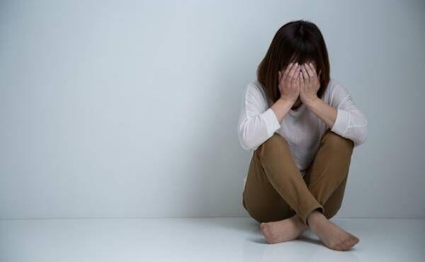 育児のイライラやストレスに押しつぶされそうなママのイメージ