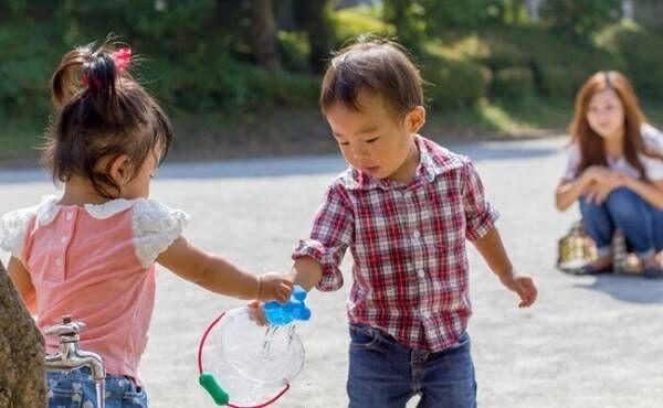 おもちゃの貸し借りをしている子供達
