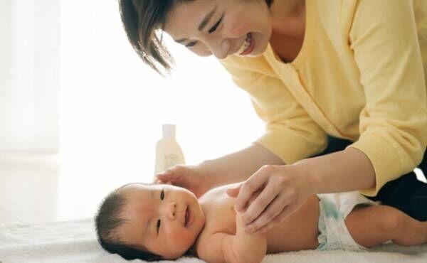 赤ちゃんのスキンケアをしているママのイメージ